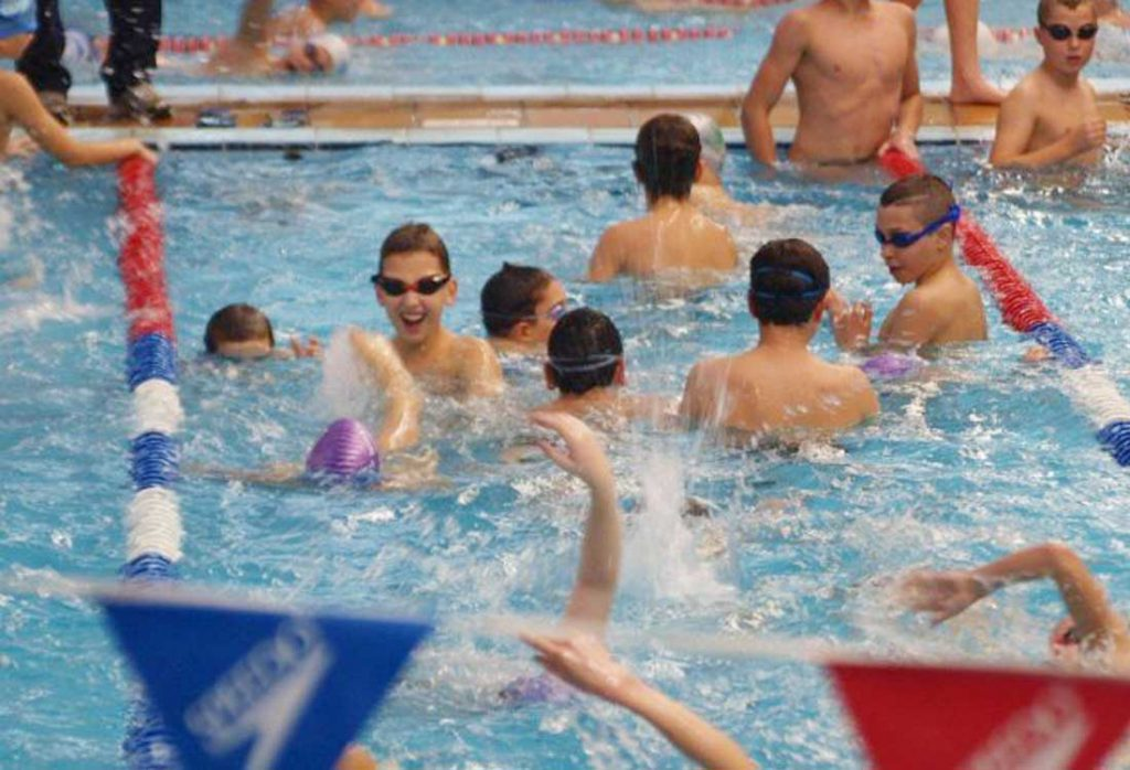 לימוד שחייה ילדים בקבוצות